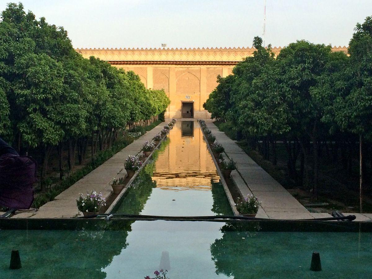 The symbolic geometry of persian gardens